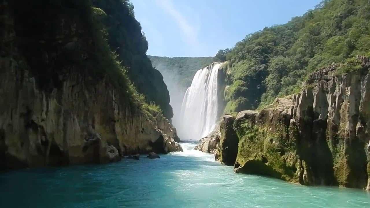 Водопадът Tamul в района на Huasteca в Мексико   основно